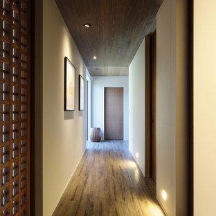 他の地域のモダンスタイルのおしゃれな廊下 (茶色い床) の写真
