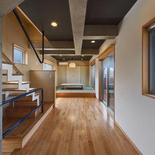 他の地域のコンテンポラリースタイルのおしゃれな廊下 (マルチカラーの壁、無垢フローリング、茶色い床) の写真