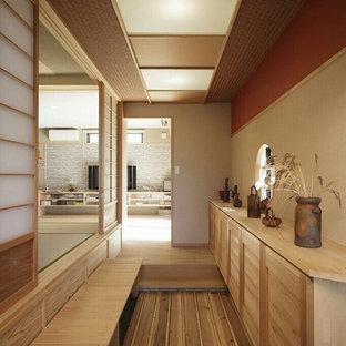 他の地域のアジアンスタイルのおしゃれな廊下 (ベージュの壁、茶色い床、淡色無垢フローリング) の写真