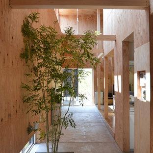 Стильный дизайн: маленький коридор в стиле модернизм с бетонным полом, серым полом и бежевыми стенами - последний тренд