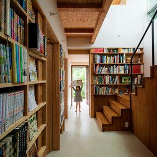 Свежая идея для дизайна: коридор в современном стиле с белыми стенами, полом из линолеума и бежевым полом - отличное фото интерьера