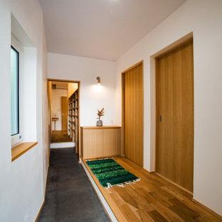 他の地域のアジアンスタイルのおしゃれな廊下 (白い壁、グレーの床) の写真