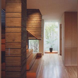 Идея дизайна: коридор в восточном стиле с белыми стенами, светлым паркетным полом и бежевым полом
