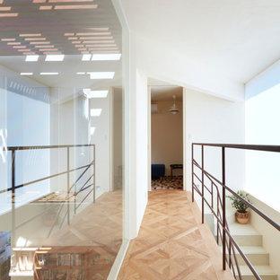 大阪のコンテンポラリースタイルのおしゃれな廊下 (白い壁、無垢フローリング、茶色い床) の写真