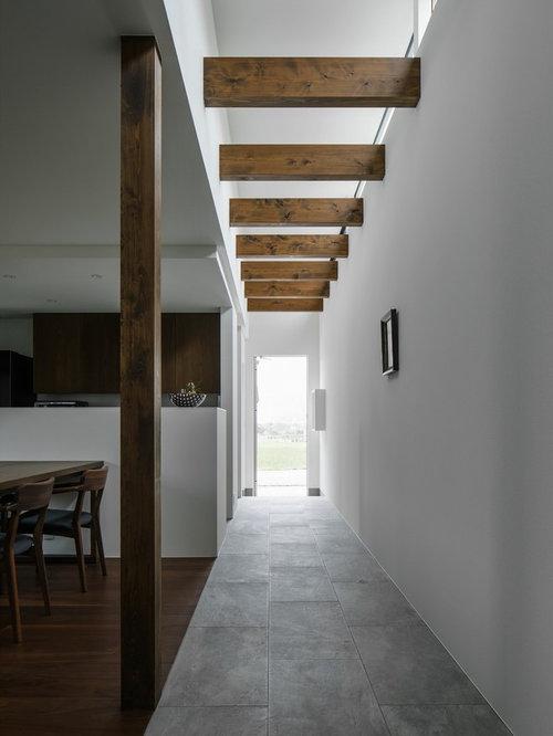 Couloir moderne avec un sol en carrelage de porcelaine : Photos et ...