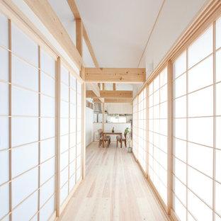 他の地域のアジアンスタイルのおしゃれな廊下 (淡色無垢フローリング、ベージュの床) の写真