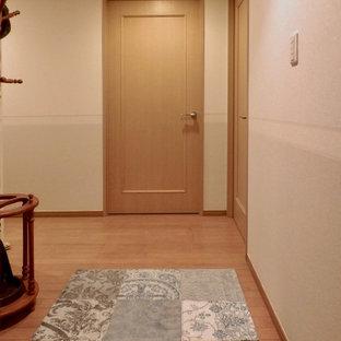 東京都下の小さいトランジショナルスタイルのおしゃれな廊下 (ベージュの壁、合板フローリング、茶色い床) の写真