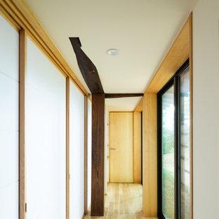 Пример оригинального дизайна: коридор в восточном стиле с темным паркетным полом и коричневым полом