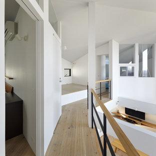大阪のモダンスタイルのおしゃれな廊下 (白い壁、淡色無垢フローリング、ベージュの床) の写真