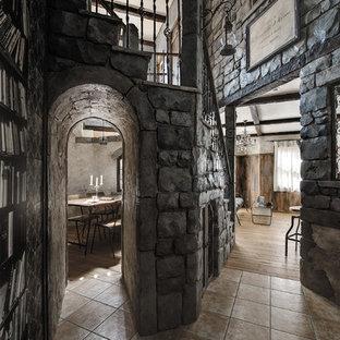 他の地域のトラディショナルスタイルのおしゃれな廊下 (グレーの壁、テラコッタタイルの床、茶色い床) の写真
