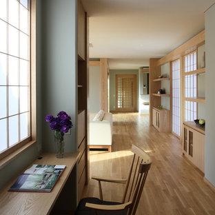 Asiatischer Flur mit grüner Wandfarbe, braunem Holzboden und braunem Boden in Kyoto