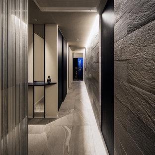 他の地域のコンテンポラリースタイルのおしゃれな廊下 (グレーの壁、グレーの床) の写真