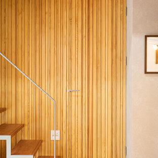 Идея дизайна: маленький коридор в современном стиле с коричневыми стенами, полом из фанеры, коричневым полом, потолком из вагонки и деревянными стенами