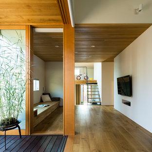 Пример оригинального дизайна: коридор в восточном стиле с белыми стенами, паркетным полом среднего тона и коричневым полом
