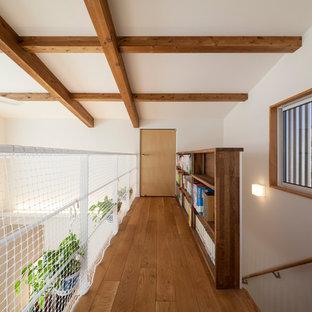 他の地域のカントリー風おしゃれな廊下 (白い壁、茶色い床) の写真