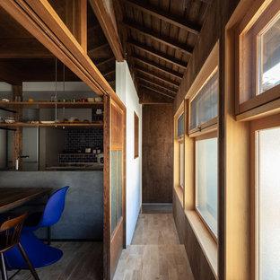 他の地域の中くらいの和風のおしゃれな廊下 (茶色い壁、淡色無垢フローリング、茶色い床) の写真