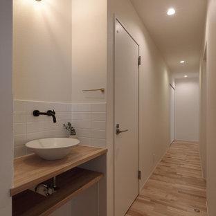Foto de recibidores y pasillos papel pintado y papel pintado, minimalistas, con paredes blancas, suelo de madera en tonos medios, suelo beige, papel pintado y papel pintado