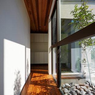 名古屋のコンテンポラリースタイルのおしゃれな廊下 (白い壁、塗装フローリング、茶色い床) の写真