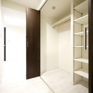 東京23区のモダンスタイルのおしゃれな廊下 (白い壁、合板フローリング、白い床) の写真