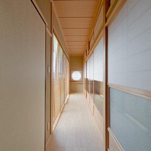 他の地域の和風のおしゃれな廊下 (茶色い壁、淡色無垢フローリング、ベージュの床) の写真