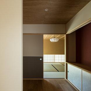 Exemple d'un couloir asiatique avec un mur blanc, un sol en bois foncé, un plafond en bois et du papier peint.