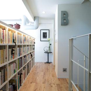 他の地域のインダストリアルスタイルのおしゃれな廊下 (白い壁、無垢フローリング、茶色い床) の写真