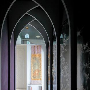Idée de décoration pour un couloir asiatique avec un mur violet et un sol beige.