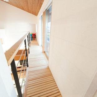 Exemple d'un couloir avec un mur blanc et un plafond en bois.
