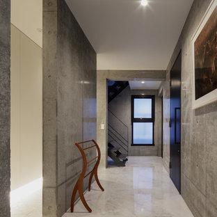 東京23区のモダンスタイルのおしゃれな廊下 (グレーの壁、大理石の床、グレーの床) の写真