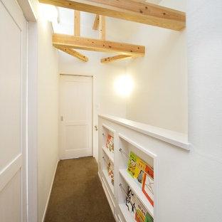 Diseño de recibidores y pasillos escandinavos, pequeños, con paredes blancas y moqueta