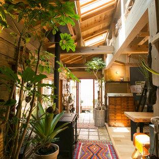 Diseño de recibidores y pasillos asiáticos con paredes beige y suelo gris