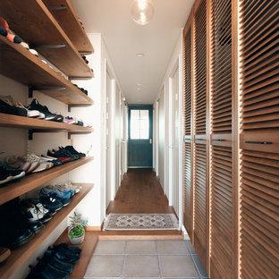 名古屋のミッドセンチュリースタイルのおしゃれな廊下 (グレーの床) の写真