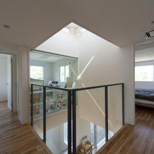 Idée de décoration pour un couloir minimaliste avec un mur blanc, un sol en bois brun, un sol marron, un plafond en lambris de bois et du lambris de bois.