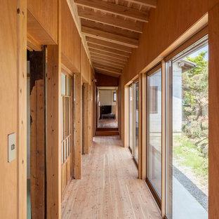 Idéer för en asiatisk hall, med mellanmörkt trägolv och brunt golv