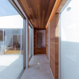 福岡のモダンスタイルのおしゃれな廊下 (茶色い壁、グレーの床) の写真