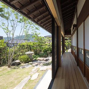 他の地域のアジアンスタイルのおしゃれな廊下 (茶色い床) の写真