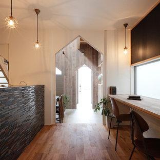 Новые идеи обустройства дома: маленький коридор в восточном стиле с белыми стенами, паркетным полом среднего тона и коричневым полом