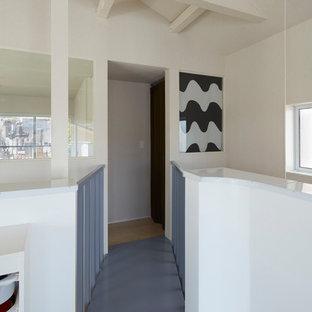 東京23区の小さいコンテンポラリースタイルのおしゃれな廊下 (白い壁、グレーの床) の写真