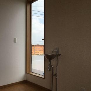Неиссякаемый источник вдохновения для домашнего уюта: маленький коридор в стиле модернизм с белыми стенами, полом из фанеры, коричневым полом, потолком с обоями и обоями на стенах