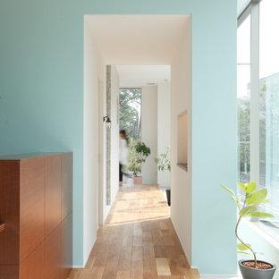 Idéer för att renovera en mellanstor minimalistisk hall, med beige väggar, klinkergolv i terrakotta och vitt golv