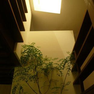 Kleiner Retro Flur mit dunklem Holzboden, braunem Boden, Holzdielendecke und Holzdielenwänden in Sonstige