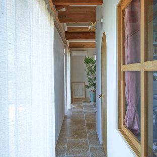 大阪の地中海スタイルの廊下の画像 (白い壁、テラコッタタイルの床)