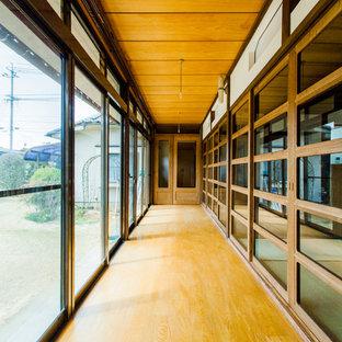 Idéer för att renovera en orientalisk hall, med mellanmörkt trägolv och brunt golv