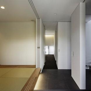 На фото: коридор в современном стиле с белыми стенами, полом из керамогранита, серым полом, потолком с обоями и обоями на стенах с