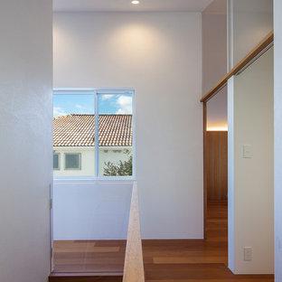 На фото: коридор среднего размера в средиземноморском стиле с белыми стенами, паркетным полом среднего тона и коричневым полом с