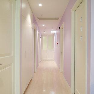 他の地域のトランジショナルスタイルのおしゃれな廊下 (紫の壁、塗装フローリング、ベージュの床) の写真