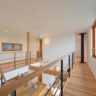 Diseño de recibidores y pasillos asiáticos con paredes blancas, suelo de madera en tonos medios y suelo marrón