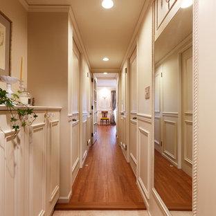 他の地域のヴィクトリアン調のおしゃれな廊下 (白い壁) の写真