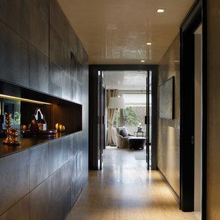 東京23区のコンテンポラリースタイルのおしゃれな廊下 (グレーの壁、茶色い床) の写真