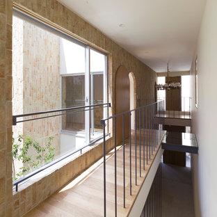 東京23区のコンテンポラリースタイルのおしゃれな廊下 (ベージュの壁、淡色無垢フローリング、ベージュの床) の写真